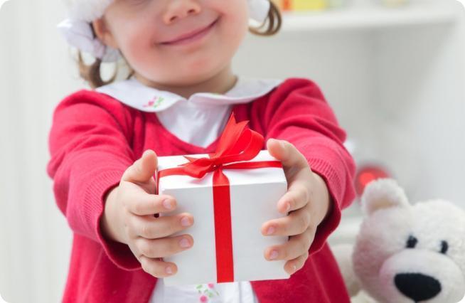 Дети любят получать подарки 468